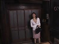【無料エロ動画】 【アダルト動画】《性暴行》強盗に手淫され思わず感じて潮まで吹いちゃうスイ乳お母さん