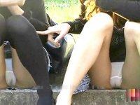 【無料エロ動画】 【アダルト動画】《 隠し撮りムービー 》公園で無防備に座るミニスカぎゃるの食い込みモロパン隠し撮りしたった♪♪♪♪♪