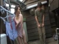 【エロ動画】 【アダルト動画】《フェチ》フレンドの母が外でブラなし下半身丸出しで洗濯してる
