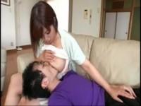 【無料エロ動画】 【アダルト動画】《フェチ》巨乳の新妻が甘えん坊のムスコに乳首筋を吸わせる授乳プレイで感じちゃう