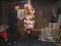 【エロ動画】 【アダルト動画】《奴隷訓育》ユニフォームのユニフォームぎゃるが逆さ吊りで緊縛されすさまじいムチ打ち訓育でヨダレを垂れ流してる