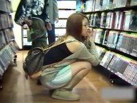 【エロ動画】 【アダルト動画】《 覗き見movie 》T●UTAYA店内でしゃがむミニスカ女性を狙い反対棚からはみパン覗き見したった。。。。。