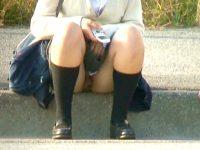 【無料エロ動画】 【アダルト動画】《 覗き見movie 》BUS停の路肩に座るミニスカJKを狙い反対車線から望遠カメラでパンモロ覗き見!!!!!!