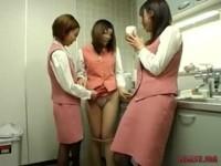 【H動画】 【アダルト動画】《エスエム訓育》給湯室でプリ尻を丸出しにされ先輩たちのレズビアン訓育を受ける新人女性スタッフ