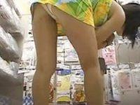 【エロ動画】 【アダルト動画】【パンチラ隠撮動画】マイクロミニスカのワンピースを着た素人女子の&#210相互オーラルセックス;屈みパンチラを接写撮りww