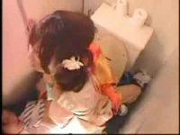 【H動画】 【アダルト動画】成人式で会話されたチャラ男と便所でSEXしちゃう着物姿の尻軽女ぎゃる!まさか、隠し撮りされなかだし もされるなんて!!!