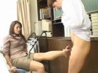 【麻布レオナ】 【アダルト動画】痴熟変態教師の麻布レオナがメンズ生徒を足コキでなぶる