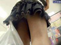 【エッチ動画】 【アダルト動画】【逆さ撮り隠撮動画】可愛いミニスカートを履いた童顔女子を本屋でパンチラ隠し撮りww