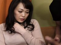 【エッチ動画】 【アダルト動画】シコシコ鑑賞 恥じらうオバサンが手淫でぶっかけのお手伝い