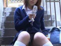 【エロ動画】 【アダルト動画】階段に座り込む制服女子高生のミニスカの中身を対面撮りパンモロ覗き見!!!マンスジまでしっかり見えちゃってます!