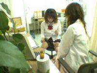 【エッチ動画】 【アダルト動画】保健室で女子高生が女性の保健室の先生におまんこチェックされ乳房まで晒されちゃいます♪