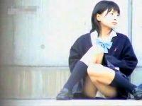 【H動画】 【アダルト動画】《 隠し撮りムービー 》地べた座って大胆モロパンしてるカワイイショ~トカットJKを隠し撮りしたレア映像♪♪♪