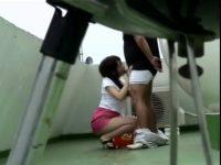 【エッチ動画】 【アダルト動画】素人カップルがマンションの屋上でいちゃついていたので盗撮したったwタイトスカート美女が美味しそうに手コキ&フェラ奉仕!