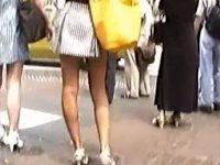 【H動画】 【アダルト動画】【逆さ撮り隠撮動画】モデルのような細い足のミニスカギャルをスクランブル交差点で人混みに紛れて隠し撮りww