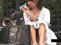 【無料エロ動画】 【アダルト動画】街で座って下着を晒してる御姉さんたちの街頭モロパンムービー!!!
