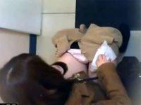 【エロ動画】 【アダルト動画】【トイレ隠撮動画】リアル&#3相互オーラルセックス42;ぎる映像…洋式の公衆トイレに入ってきた女子の放尿を天井から隠しカメラ撮りww