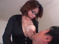 【アダルト動画】 【アダルト動画】スイおっぱいな既婚者がブラなしで母乳たっぷりな乳房を握り男に母乳を与える★