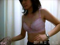 【エロ動画】 【アダルト動画】某病院の試着室で、健康診断前に着替える女子準社員を覗き見。キャワワ下着を丸出しにしながら検査着にお着替え。