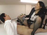 【三咲恭子】 【アダルト動画】ドSドむっつりスケベ女社長の三咲恭子が男性スタッフを陵辱下半身コキで抜いてから顔面にお○っこを浴びせる