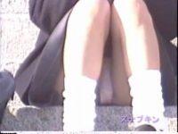 【H動画】 【アダルト動画】階段に座り込みおしゃべりする通学服姿の通学服今時ギャルを狙い、対面撮りはみパン隠し撮り★無防備な純白パンティ♪