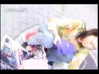 【アダルト動画】 【アダルト動画】子供の目線に合わせると胸チラ&ブラチラしまくりな美人奥様達を盗撮wブラが浮き、乳首まで見えてしまう!