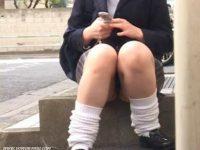 【エッチ動画】 【アダルト動画】ユニフォーム姿のユニフォームぎゃるが座り込んでアイフォンを弄る隙を狙い、ミニスカの中身を対面撮りモロパン隠し撮り☆