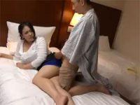 【アダルト動画】 【アダルト動画】出張スパの巨乳美オバサンに一人エッチ見せつけてエッチに持ち込む男性客。