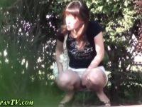 【無料エロ動画】 【アダルト動画】屋外で抑止出来ず尿しちゃうねえさんの放尿シーンをこっそり盗み見しちゃいました★