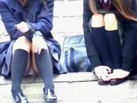 【エッチ動画】 【アダルト動画】【パンチラ隠撮動画】河川敷で恋バナでもしてそうな制服女子校生の座りパンチラを隠し撮りww