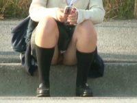 【H動画】 【アダルト動画】ミニスカユニフォーム姿の学生が座り込む姿を狙い、対面撮りモロパン盗み見!!!これは無防備すぎる♪