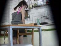 【アダルト動画】 【アダルト動画】【オナニー隠撮動画】自宅のキッチンで料理する&#229相互オーラルセックス;の様子がおかしいと気付いた兄が撮影した結果ww