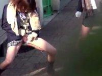 【無料エロ動画】 【アダルト動画】《 覗き見ムービー 》帰宅途中の通学服女子校生たちが露天で下着を脱いでオシッコを放出!ハレンチな姿がコチラ!!!