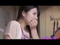 【H動画】 【アダルト動画】他に客がいるのにキッチンでで見えないようにおまんこをそそるされちゃう若奥様