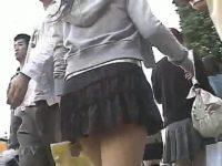 【エロ動画】 【アダルト動画】ユニフォーム姿のミニスカ学生を狙い、逆さ撮りはみパン覗き見!!!強風が吹くと激カワパンティが丸見え♪
