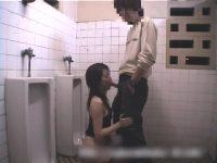 【無料エロ動画】 【アダルト動画】深夜の公衆WCで露出プレイを楽しむカップルの姿を隠し撮り★ハンドサービスやオーラルセックスで一生懸命奉仕するエロ娘★