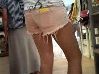 【エロ動画】 【アダルト動画】【逆さ撮り隠撮動画】ホットパンツに生足の露出ギャルを高画質な小型カメラ使って隙間からパンチラ隠し撮りww
