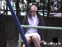 【アダルト動画】 【アダルト動画】休憩中公園でくつろぐミニスカ看護師を狙い、対面撮りモロパン覗き見★きれいな脚の間から激カワパンティが★