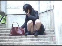 【アダルト動画】 【アダルト動画】小町娘 なミニスカぎゃるが段差に座りスマートフォンを弄る姿を狙い撃ち★きれいな脚の間から覗くモロパンを対面撮り隠し撮り★