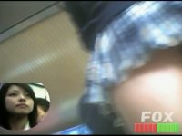 【H動画】 【アダルト動画】ミニスカな通学服女子高生を狙い、逆さ撮りはみパン隠し撮り。顔とパンティが同時に見れるのはえろい。