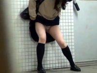 【アダルト動画】 【アダルト動画】【お漏らし隠撮動画】駅の公衆トイレに間に合わずにオシッコ漏らした女子校生がノーパンで帰宅ww