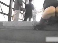 【アダルト動画】 【アダルト動画】もはやわざと見せてるレベル♪超ミニスカなユニフォームのまま階段に座り込む学生を対面撮りはみパン覗き見!!!
