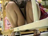 【エロ動画】 【アダルト動画】【パンチラ隠撮動画】子供におもちゃ買うためにデパートで物色するセレブ妻のエロ下着を接写撮りww