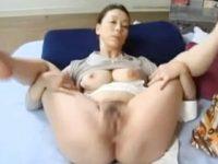 【無料エロ動画】 【アダルト動画】オおまんこを開いて御令息のちんぽここを待ち受ける中年女性の青井マリ