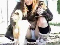 【H動画】 【アダルト動画】【パンチラ隠撮動画】ネコと戯れて自分の綿パンツが丸見えになってることに気付かない素人ギャルww