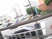 【エロ動画】 【アダルト動画】露出癖があるのか白昼の大型歩道橋の上で露出プレイするS級素人姉さん!!