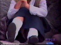 【可憐】 【アダルト動画】屋外で座り込む可憐系女子高生を狙い、ミニスカの中身を対面撮りパンモロ隠し撮り☆めんこいパンティに釘付け☆