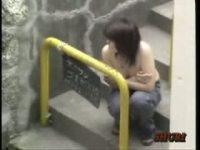 【エッチ動画】 【アダルト動画】チューブトップのデカ乳美女を狙い、服をずり下げて乳房をポ美少女させちゃうイタズラを遠目で覗き見★驚きの表情がGOOD★