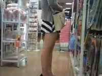 【H動画】 【アダルト動画】買い物中のほっそりきれいな脚の美女を狙い、ミニスカの中身を逆さ撮り覗き見★美人モデル級美女のパンティを括目せよ★