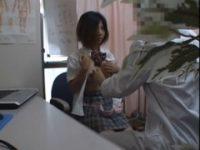 【無料エロ動画】 【アダルト動画】チャーミング女子高生の服を脱衣させせ乳ネック丸出しの診察風景を隠し撮りするエロ医者