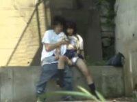 【H動画】 【アダルト動画】《盗み見》おい!!真っ昼からアウトドアHしてる女子高生カップルがいたぞ!!